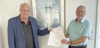 Innenminister Klaus Bouillon hat verschiedene Bedarfszuweisungen sowie zwei Förderbescheide nach dem Kommunalinvestitionsförderungsgesetz Kapitel I an Bürgermeister Hermann Josef Schmidt für die Gemeinde Tholey überreicht.